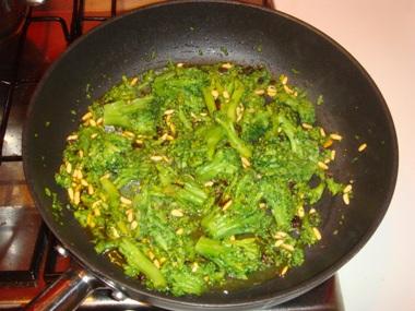 Broccoli, pinoli, uvetta e zafferano